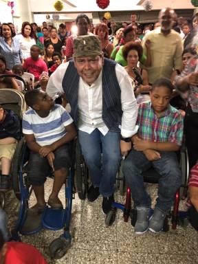 Fernando Villalona lleva alegría a niños con discapacidad visual