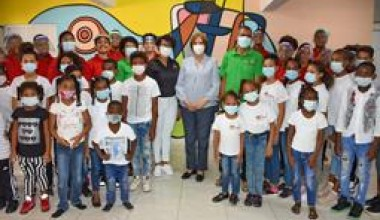 Ministra de Cultura visita escuela de arte en Los Mina